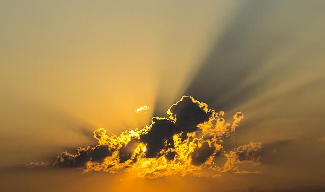 שקיעה מאחורי ענן