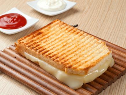 טוסט עם גבינה צהובה לבית ספר