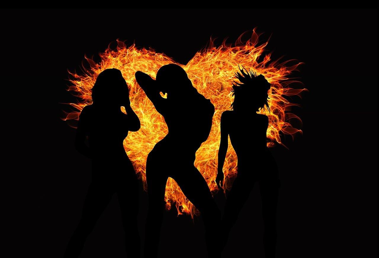 רקע של בחורות ואש