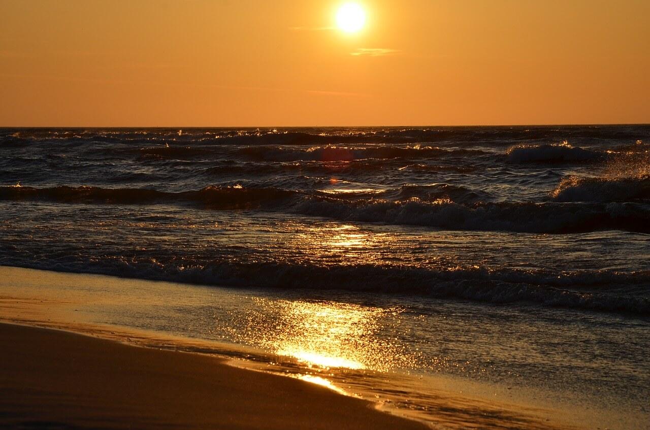 חוף בשקיעה