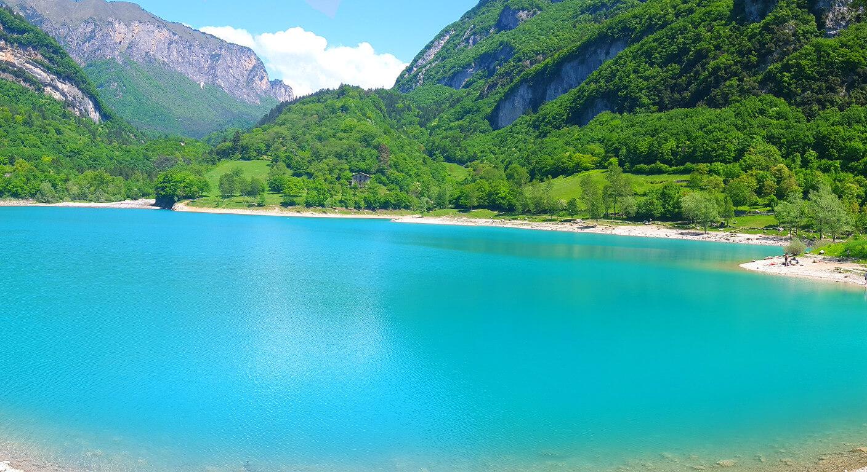 אגם עם הרים