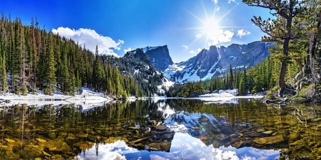 אגם יער והרים