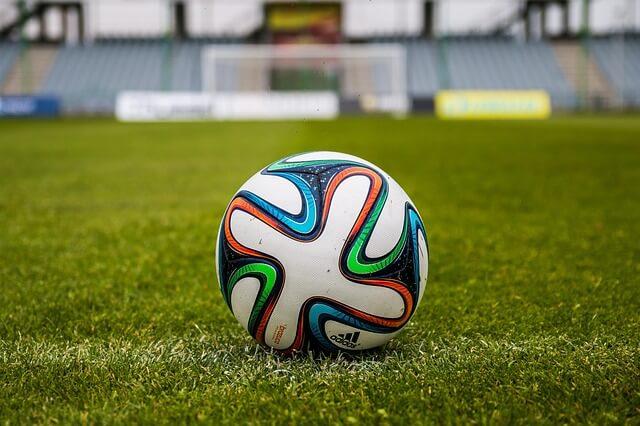 כדור כדורגל במגרש